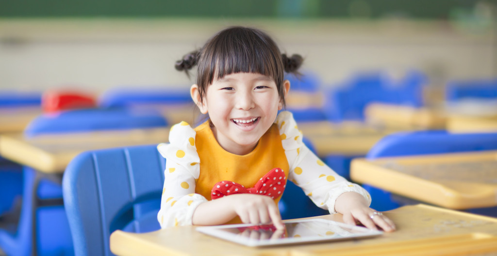SnapType-Girl-with-iPad-in-Classroom-1024x529